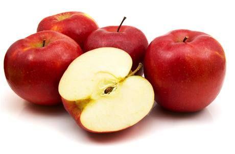 """Jablečné knedlíky - 500 g hrubě strouhaných jablek (pokud budou mít hodně šťávy, tak vymačkat), 140 g hrubé mouky, špetka soli a skořice.   Vytvořit """"těsto"""", dát na 1 hodinu do lednice. Pak tvořit knedlíky (asi jako golfový míček). Vařit v osolené vodě než vyplavou. Výborné s čímkoliv (pro nás tvaroh, zakysaná smetana, máslo a pocukrovat)."""