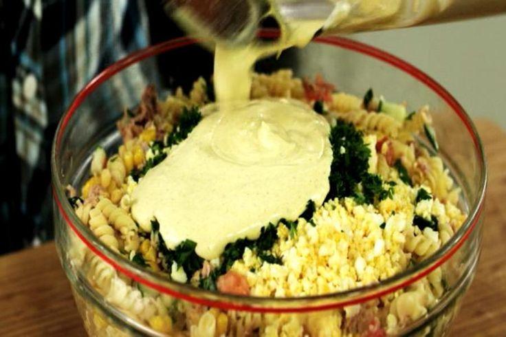 Deze koude pastasalade is een ode aan de vader van Jeroen. Hij heeft ze ontelbare keren klaargemaakt. Het gerecht roept bij Jeroen allerlei mooie jeugdherinneringen op. De combinatie van verse groenten, eitjes, een paar ingrediënten uit blik en een verse currymayonaise is zijn persoonlijke dagelijkse kost.