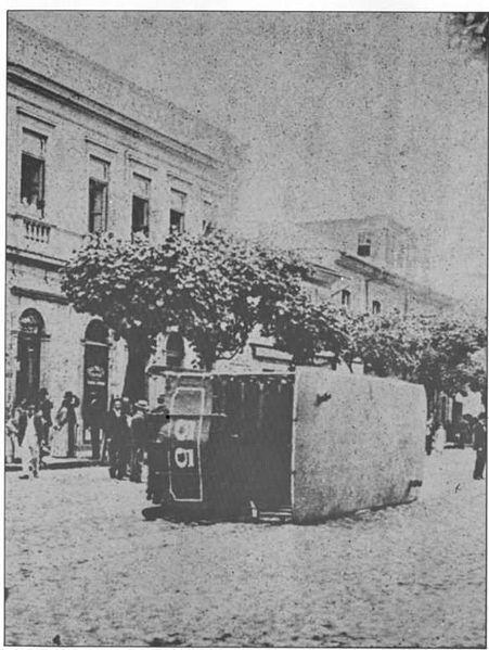 Português: Bonde virado na Praça da República durante a Revolta da Vacina em novembro de 1904 na cidade do Rio de Janeiro-RJ.