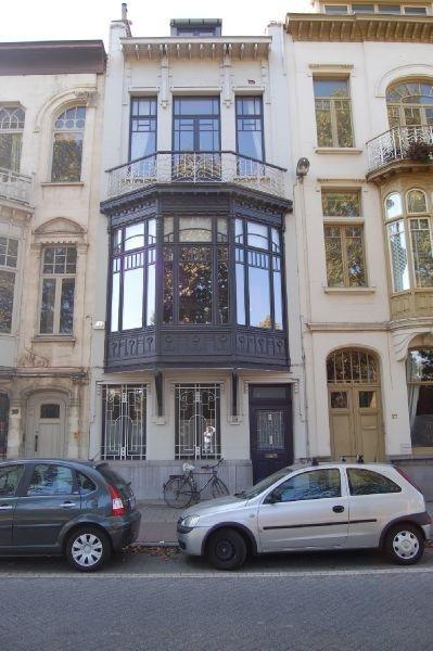 Huis te koop in Antwerpen - 235m² - 399 000 € - Logic-immo.be - Prachtig herenhuis te koop, gelegen in de populaire wijk Zurenborg, vlakbij Berchem station. Op het gelijkvloers bevindt zich een studio met een leefruimte van 25,5m² met keuken (8m²), badkamer (4m²) ...