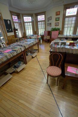 A livraria que você tem que pedir autorização pra ir no outro lado da sala