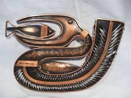 Jelzett iparművészeti zsűrizett kortárs műalkotás, pelikán. Anyaga: réz, Készítette: Jajesnica Róbert, Hátulján az iparművészeti vállalat zsűri címkéje látható. Súly:0.38 kg, szélesség:29 cm, Mélység:19.5 cm