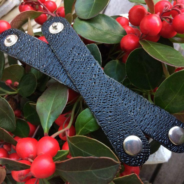Deze zwarte scarvelets met glitter en reliëf zijn leuk voor de feestdagen. Het zijn leren bandjes die je draagt als accessoire voor je shawl.