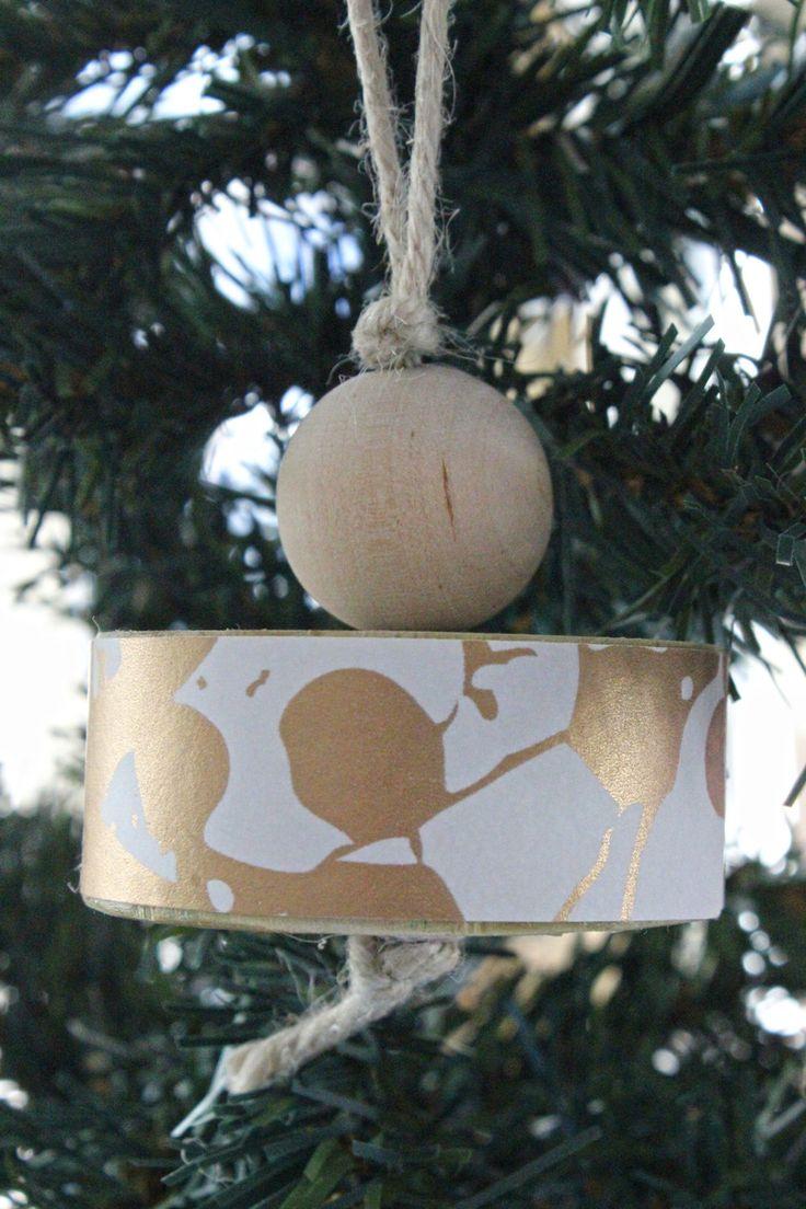 Decorazione per l'albero di Natale o per una ghirlanda o per la casa. Fatta in legno e carta da parati bianca con stampa rame. Molto chic! di IlluminoHomeIdeas su Etsy