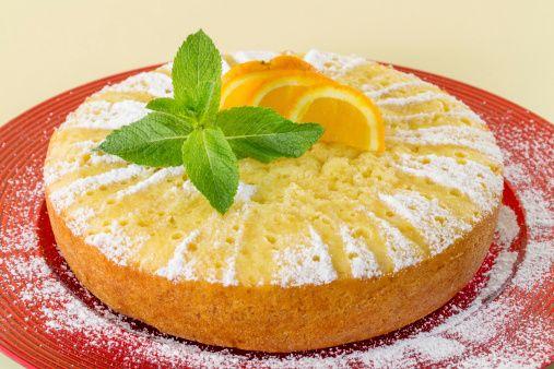 La torta soffice all'arancia senza uovo e senza burro