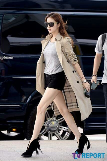 Kang sora's legs are to die for and her airport fashion is on point