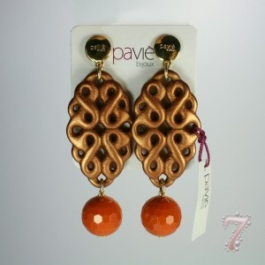 Orecchini con pendente bronzato a goccia di resina intarsiato e sfera finale paviè, su www.7accessori.it