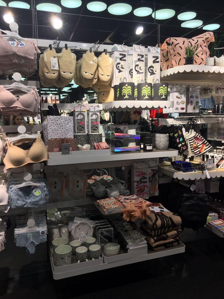 #TMOtrendtour17 winkel: monki dit is een winkel die gericht is op jongeren, veel kleurgebruik, patronen en materialen. De sfeer is modern en druk veel kleine oppervlakte. Voor het lage segment.