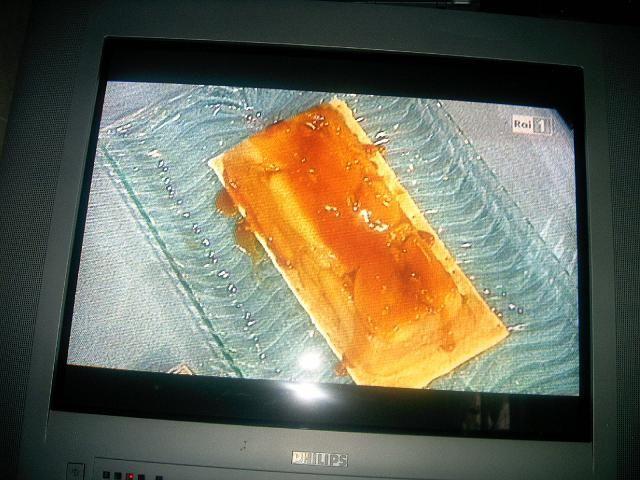 I Quattro Moschettieri :: Tarte tatin Maurizio Santin   6 mele grany smith (verdi) tagliate a spicchi e lo spicchio tagliato a sua volta in 2 per orrizzontale,  100 gr di burro,  zucchero q.b.  Caramellare le mele con lo zucchero e il burro.   Salsa al caramello:   200 gr di zucchero,  50 gr di acqua,  1 cucchiaio di glucosio,  panna q.b.    la brise:   250 Gr. di farina,  125 Gr. di burro morbido,  5 gr. di sale maldon,  1 tuorlo d'uovo,  30 gr. di acqua fredda.