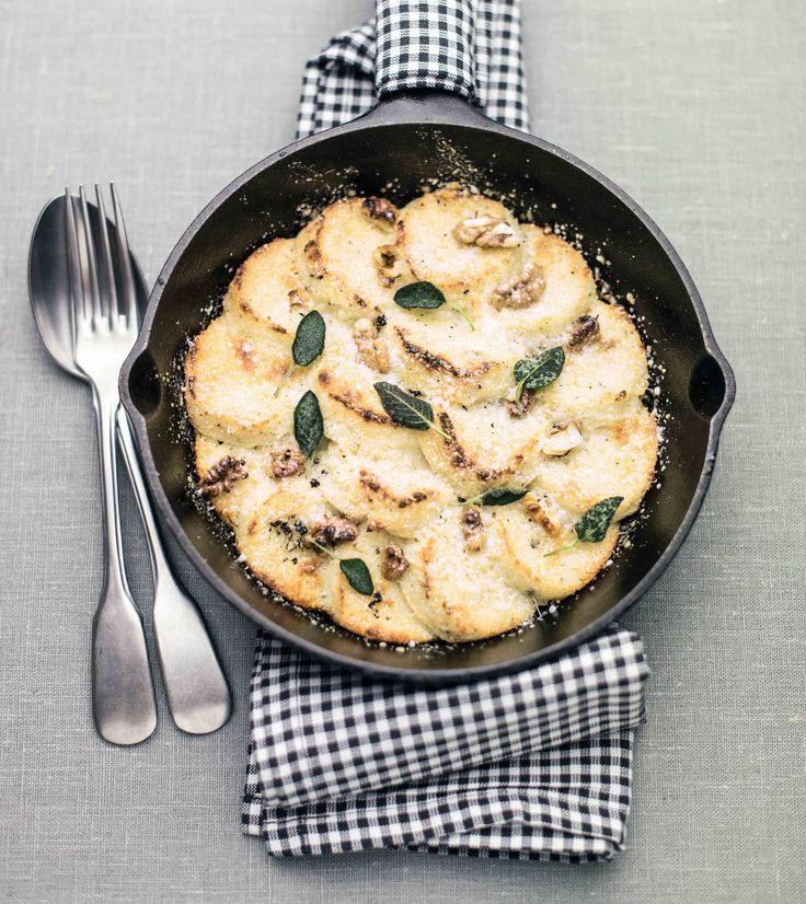 Gli gnocchi alla romana sono una ricetta della tradizione romana qui rivisitata in versione gluten free, cioè preparati con farina di mais bianca