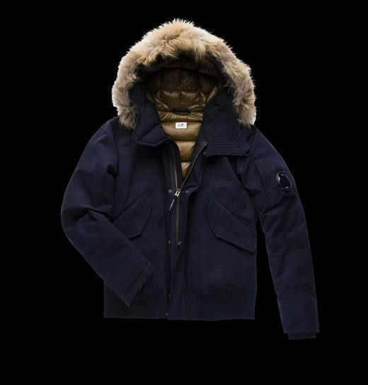 This jacket is made in cotton and polyester reps with microresina inside and water resistant treatment. This article ensures a warm fit thanks to its feather padding and its large raccoon fur-trimmed hood.