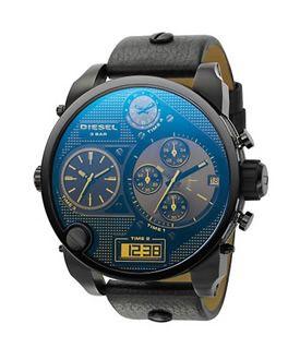 Die Diesel DZ7127 Bad Ass ist die extragroße Uhr unter den Oversized-Uhren. Vier Anzeigen, darunter Chronographen, Digital- und zwei Analoganzeigen ermöglichen einen schnellen Wechsel zwischen den Weltzeitzonen.        Gehäuse: beschichtetes Edelstahl, 65 x 57mm      Armband: schwarzes Leder      Präzises Quarz-Uhrwerk      Vier Anzeigen (Chrono, Digital & Analog)      Datumsanzeige      Wasserdicht: 5 bar      Inklusive Diesel Geschenkbox und 2 Jahren Herstellergarantie