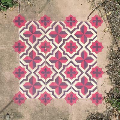 Directement inspirés des sols en carreaux de ciment, les « Floors » de l'artiste espagnol Javier de Riba sont peints à la bombe, à l'aide de pochoirs, dans des friches industrielles et autres bâtiments abandonnés. Le street-art rencontre l'art d'orner son intérieur, et redonne de l'intérêt à des lieux délaissés. Javier de Riba détourne l'usage des outils du street-artist (bombe et pochoirs qui servent généralement à réaliser des graffitis ou des peintures murales) pour créer des imitations…