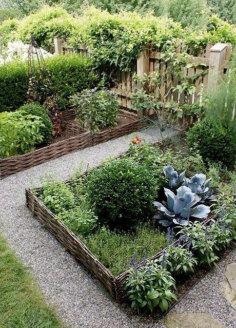 Kryddgård i rader med naturflätat