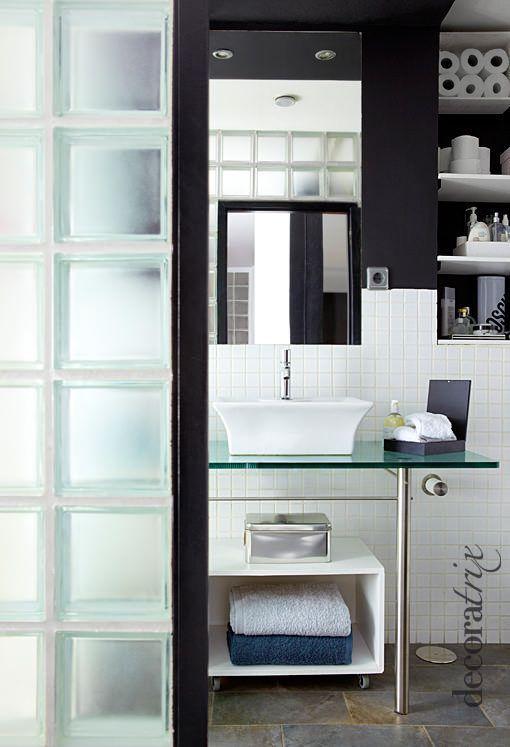 baño con muros de pavés, en blanco y negro
