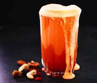 Nypressad hälsa direkt från råsaftcentrifugen. Juicen är fullproppad med klassiska godsaker, som äpplen och morötter men också blekselleri och nyponskalsmjöl. Mycket njutning!
