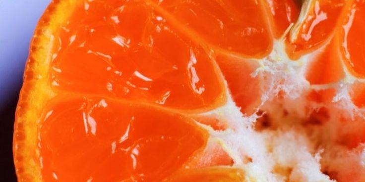 Vitamina C, tu aliada en el cuidado de la piel.-Alimentos como los cítricos son ricos en Vitamina C, una vitamina hidrosoluble y poderoso antioxidante, necesario para mantener nuestros tejidos íntegros, responsable además de eliminar los radicales libres que provocan un envejecimiento prematuro y de acelerar el proceso de cicatrización. En la piel, la Vitamina C es esencial para mantenerla joven, sana y radiante. Aparte de consumirla en la dieta, también podemos aplicarla directamente en la…