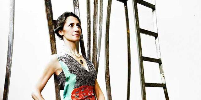 """Claudia Stilianopoulos se forma en talleres de forja y madera durante los años 90. Aunque su trabajo más conocido y numeroso sean sus """"muebles-escultura"""" que han alcanzado renombre internacional gracias a, piezas a medio camino entre la decoración y el arte, Claudia es una artista polifacética y multidisciplinar que  ha trabajado en escenografía, vestuario escénico y diseño de mobiliario."""