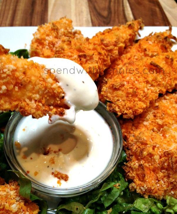 Tiras de Pollo con Doritos 1 bolsa de Doritos, de cualquier sabor (yo usé Nacho Cheese) 1/2 taza de pan rallado 1 huevo 2 cucharadas de leche 2 pechugas de pollo