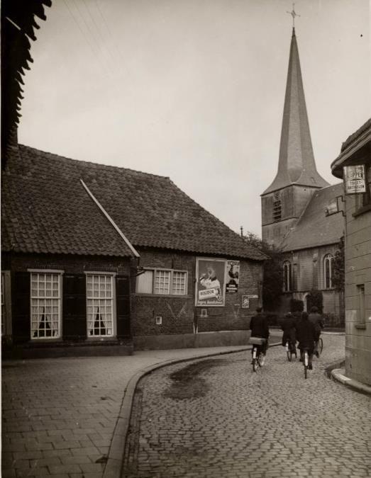 Naar de Ganzenmarkt achter de Johannes kerk .