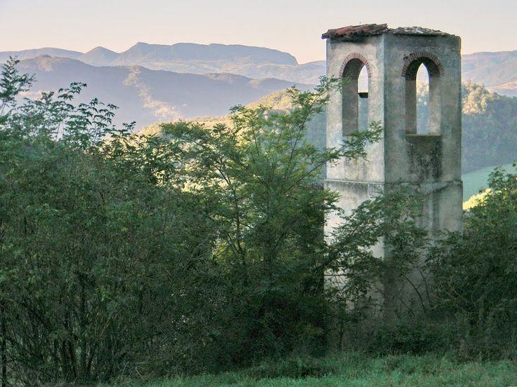 Loc: San Salvatore in Summano, #Sarsina; sullo sfondo il monte #Fumaiolo, da dove nasce il fiume sacro ai destini di Roma: il Tevere / foto di antenoremalatesta