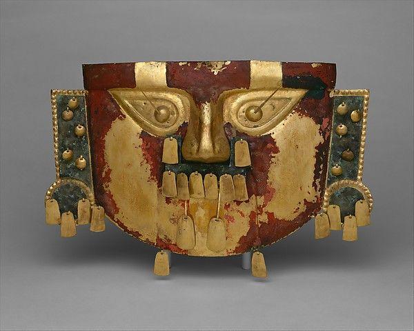 11/ LAMBAYEQUE-SICÁN - Masque funéraire, or, or cuivré, cinabre, 30x50cm, Sicán moyen 900-110. côte nord du Pérou, MET. C'est l'un des masques les plus grands des Andes. Au moins 5 exemples de ces masques dans la tombe de Batán Grande. Martelage, repoussé, soudure, agrafes. Nez très prononcé, bouche peu visible à cause des pendeloques (effet acoustique), yeux en goutte, épingles. Traitement général rectangulaire, BO circulaires caractéristiques de ce héros fondateur. Peint en cinabre.