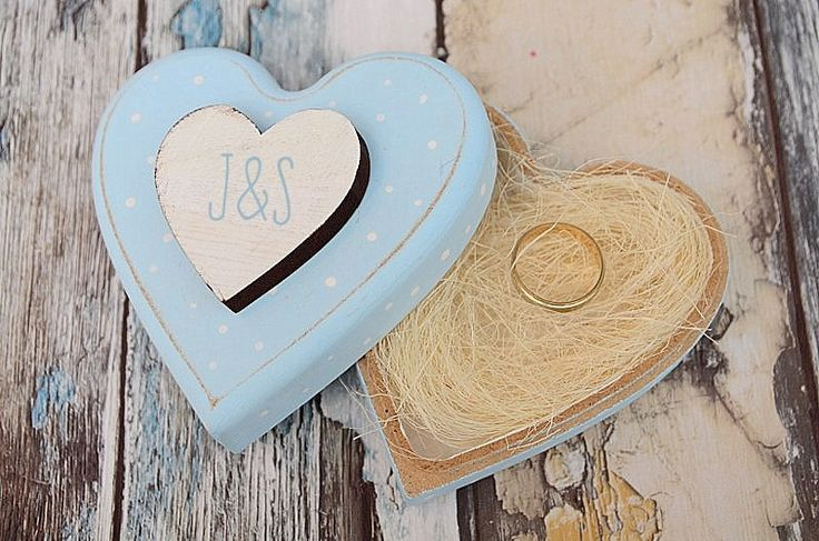 Przepiękne połączenie - mięta, kropeczki i serduszko... To wspaniałe pudełeczko na obrączki jest dostępne w sklepie internetowym Madame Allure :)