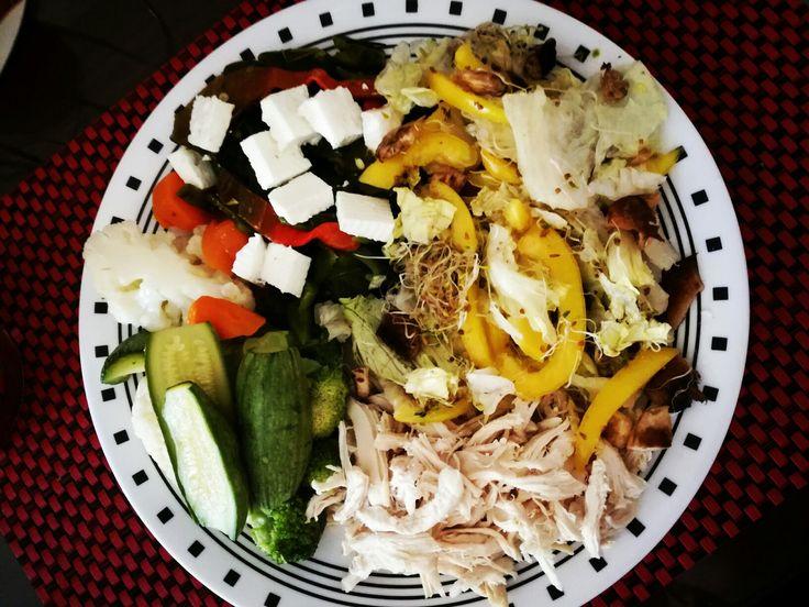 Pollo desmenuzado, rajas con queso panela, verduras A lvapor y ensalada