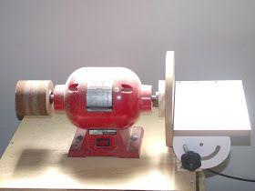 Lixadeira de disco caseira aproveitando um dos lados do moto esmeril:                       Atualização em 2013, mesa do disco com regulagem...