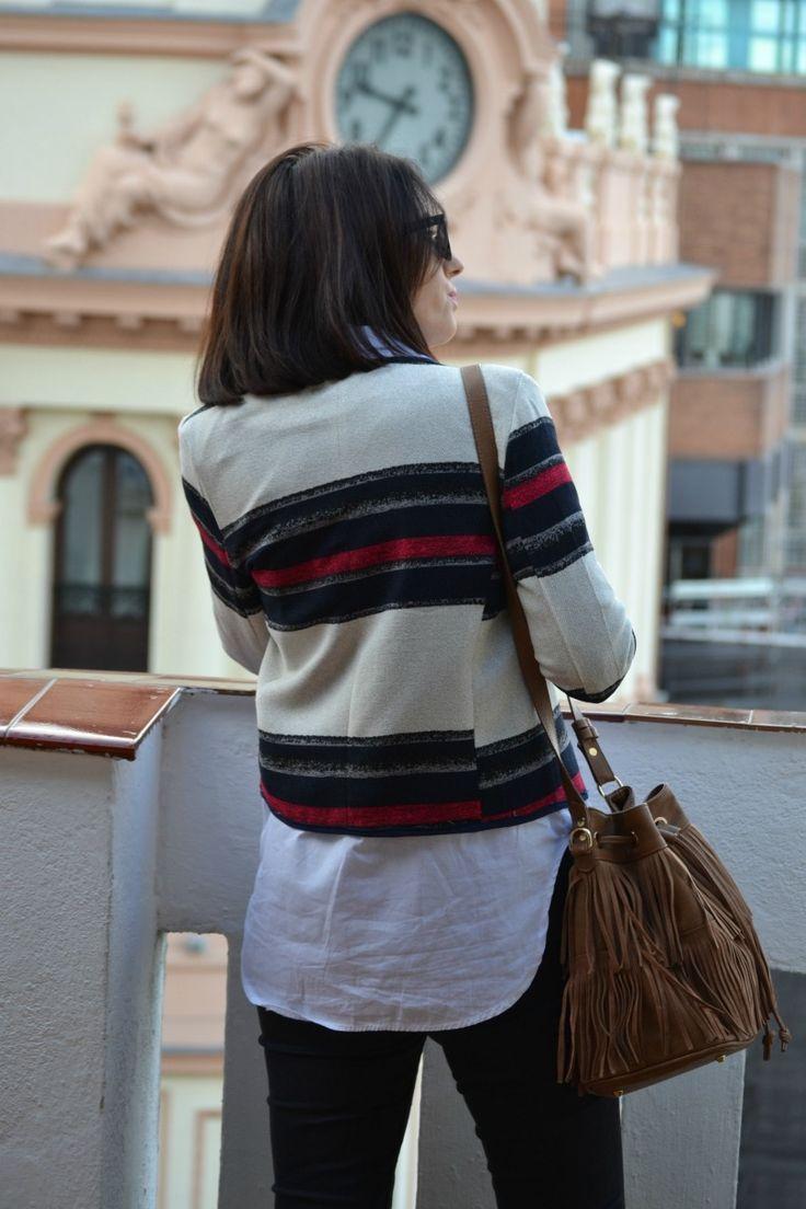 Look: Chaqueta de rayas + jeans + camisa blanca.