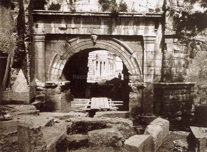 Scavi nel passaggio della Porta Tiburtina (allora Porta San Lorenzo), abbassato dall'interramento del piano stradale; oltre la Porta si intravede un edificio tuttora esistente, anche se parzialmente rimaneggiato. Anno: Maggio 1917