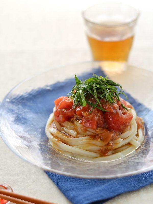 材料2人分  冷凍うどん2人分トマト(M)1個(約150g)たたき梅20g  A  しょうゆ小さじ2  A  みりん小さじ2  A  ごま油小さじ1大葉適量  作り方    トマトは皮をむき(又は湯むきして皮をむく)、ひと口大に切る。    トマト、たたき梅、Aを合わせてたれを作る。    沸騰した湯に冷凍うどんを入れて1分ゆで、冷水にとって水気をきる。  【2】のたれをかけ、千切りした大葉をのせる。
