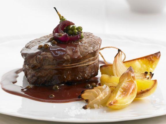 Rinderlende in Pfeffer-Rotwein-Soße ist ein Rezept mit frischen Zutaten aus der Kategorie Rind. Probieren Sie dieses und weitere Rezepte von EAT SMARTER!