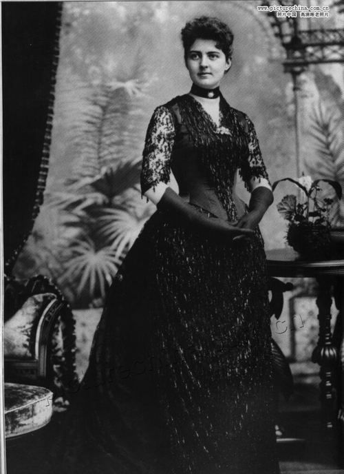 Francis Folsom Cleveland (1864-1947)  Became the youngest First Lady of the United States at the age of 21 when she married President Grover Cleveland in a ceremony at the White House in 1886.  Cleveland was 27 years her senior. They had five children and were married until his death in 1908.