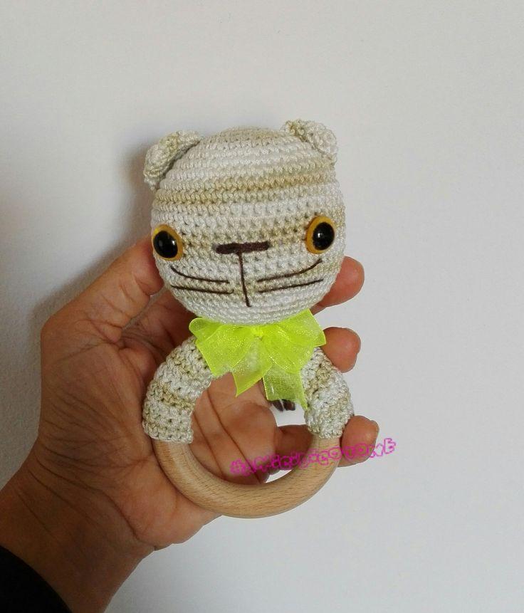 Sonaglietto gatto amigurumi con anello dentizione. https://amicidicotone.blogspot.it/