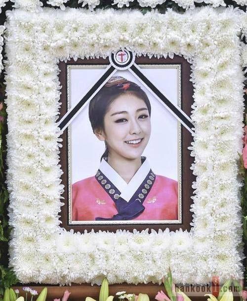 Rise'nin annesi kızının cenaze portresine Kore'nin geleneksel giysisi olan hanbok giymiş resmini koymak istedi.