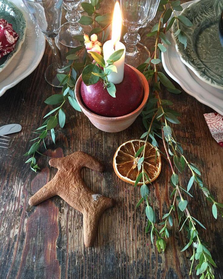 Härliga söndag! ✨ Ni har väl inte missat Allt i Hemmets julspecial? Där kan ni se mer av denna fina dukning och mycket mer. Finns i butik nu! Av: @camillafurst Foto: @stuff_and_other_little_things 🎄🍎🎅🏼 . . . #alltihemmet #julspecial #dukning #jul #christmas #interior #interiors #interiör #homestyling #dekoration #decoration #diy #gördetsjälv #doityourself #gingerbread #julpynt #kitchen #kök #hem #homeinspo #home #söndag #sunday