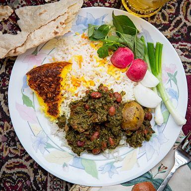 En klassisk persisk khorest, alltså gryta, som får frisk smak av lime. Mört lammkött, en redig mängd färsk spenat, lök och kidneybönor kryddas med kanel, muskot och gräslök. Extra god blir lamm- och spenatgrytan om du serverar den med saffranskryddat ris.