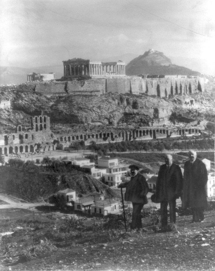 Αθήνα, περ. 1925, παρέα Αθηναίων με φόντο την Ακρόπολη. Δημοσίευση Θεόδωρου Μεταλληνού