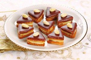 Mandlove cukrovi slepovane  - - -  Těsto: 60 g změklé máslo 130 g cukr moučka 1/2 lžičky nastrouhaná citronová kůra 100 g mleté mandle 2 vejce 150 g hladká mouka  Krém: 400 ml mléko 100 g cukr krupice 1,5 vanilkový pudink 250 g máslo pár kapek mandlového aroma  Na ozdobu: 1 čokoládová poleva celé loupané mandle.