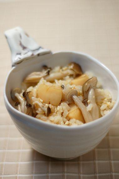 Japanese Food Takikomi Gohan, Rice seasoned with Dashi and Soy Sauce along with Scallops and Shimeji Mushrooms|帆立としめじの炊き込みご飯