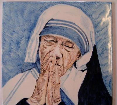 Bellissimo ritratto di Madre Teresa eseguito sù mattonella industriale dipinto a mano con colori ceramici a gran fuoco.Maiolica.No stampa,no serigrafia.Tutto fatto a mano,disegno e pittura.Pezzo elaborato e pregiato che acquisterà ancora più valore nel tempo.La mattonella ha bella cornice in legno con gancio per messa a parete.Le dimensioni della mattonella sono di 30cm x 30cm.Ilciliegio