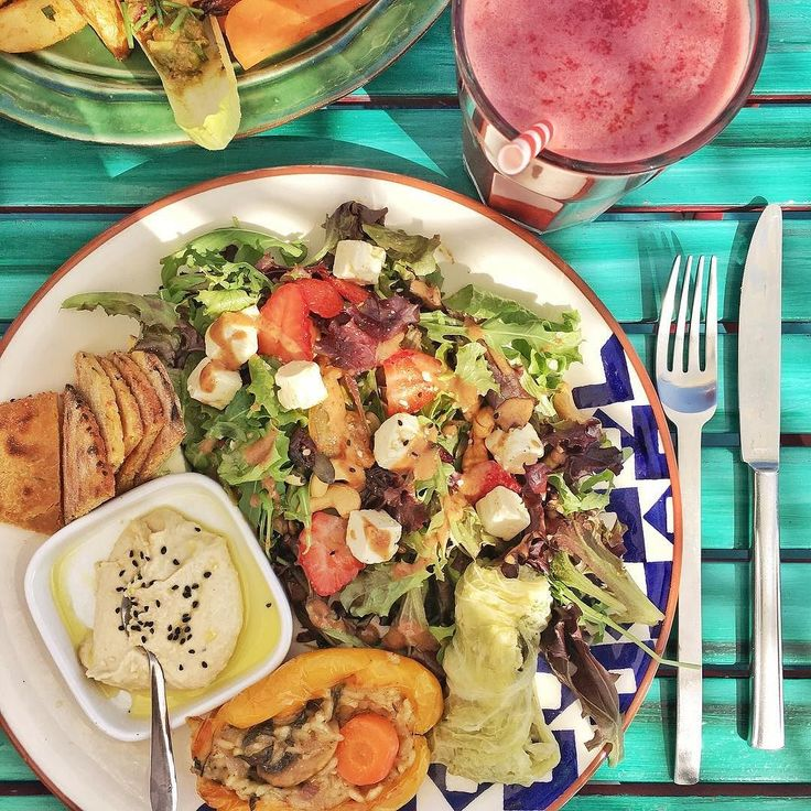 Sunshine healthy food and good company fill the heart and the stomach! #healthylunch #houseofwonders #sunshinecascais #vegetarian #vegetarianrestaurant #greenfood #colorfullfood #cascais #baloves #beautyairlines