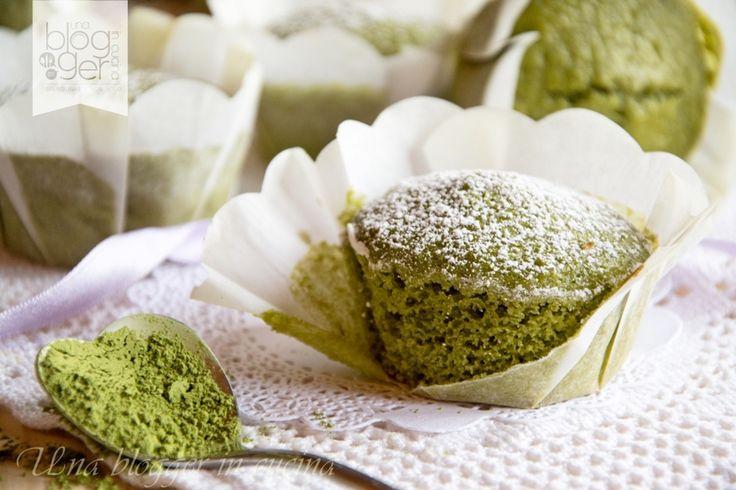 Muffin al tè Matcha e yogurt, dei soffici dolcetti a base di yogurt, senza burro, aromatizzati con il tè Matcha, un tè giapponese ricco di antiossidanti.