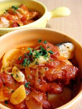 タラのトマト煮込み鍋:フライパン1つであっという間に完成♪ニンニク風味が食欲そそります!時間がないときのメインディッシュにもオススメ☆  材料 (2人分) たら2切れ じゃがいも 1個 玉ねぎ 1/4個 にんにく 1片 トマト缶(ホールトマト水煮缶)1/2缶(200g) オリーブオイル大さじ1 白ワイン大さじ1 塩小さじ1/2+少々 こしょう少々  http://cookpad.com/recipe/1183747