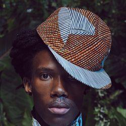 """Né à Johannesburg en 2009, BABATUNDE est avant tout une aventure vestimentaire ! Initié suite à la conception d'une série de 5 chapeaux et 5 casquettes, nous essayons humblement d'être aujourd'hui un espace de créativité optimiste pour dessiner des produits dont nous avons rêvés et qui nous ramènent vers nos plus jeunes années !! Le mot Babatunde vient du Yoruba (Langue essentiellement parlée au Nigeria) et signifie """"le retour du père""""."""