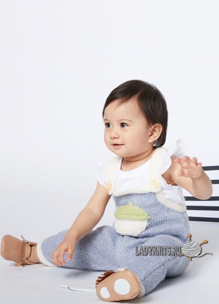 Вязаный спицами комбинезон для малыша от 6 месяцев до 2 лет