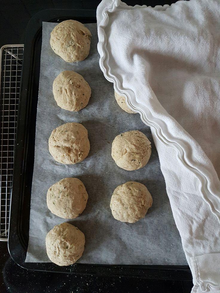 Nogen gange er det bare skønt at bage nogle gode bløde boller! Denne opskrift blev jeg inspireret til efter et totalt mislykket forsøg på koldthævede boller med 3-kornsblanding. De blev så hårde, a…