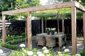 Sfeer in de tuin. Grove Douglas palen als pergola. Particulier project.