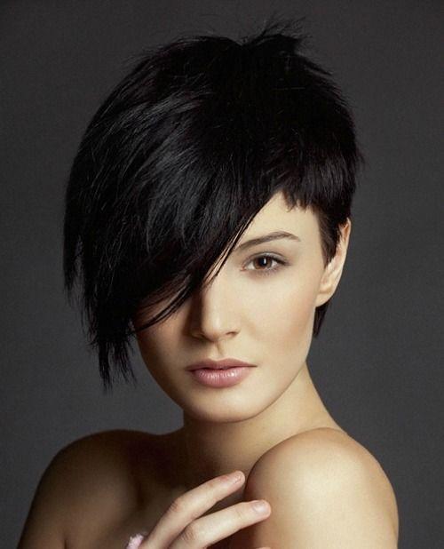 Coupes de cheveux asymétriques pour les dames à la mode avec des cheveux courts